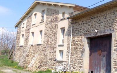Rénovation de façade avec enduit projeté sur support en pierre. (vidéo)